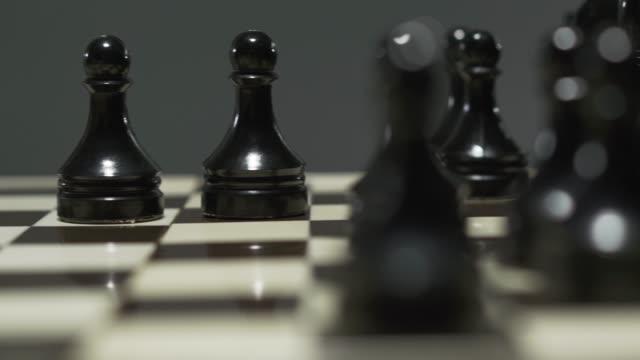 stockvideo's en b-roll-footage met schaakbord met witte en zwarte schaakstukken. - kampioenschap