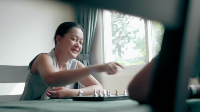 vídeos de stock e filmes b-roll de chess competition: senior couple trying to play chess for relaxation at home - active brain