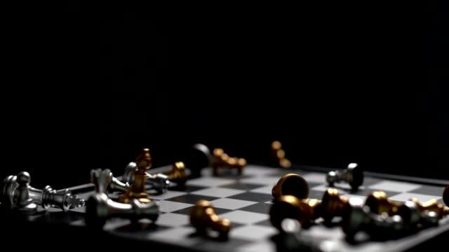 schach fällt auf schachbrett verlierer-konzept slow motion auf dunklen hintergrund - könig schachfigur stock-videos und b-roll-filmmaterial
