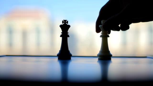 schachspiel spiel  - könig schachfigur stock-videos und b-roll-filmmaterial