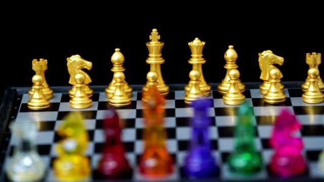 schach an bord mit schwarzem hintergrund, geschäftskonzept - könig schachfigur stock-videos und b-roll-filmmaterial