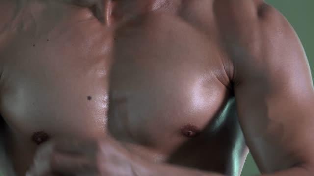 chest muscles of man in gym - tułów filmów i materiałów b-roll