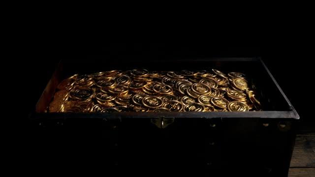 il forziere si apre e si chiude con il tesoro d'oro all'interno - scatola del tesoro video stock e b–roll