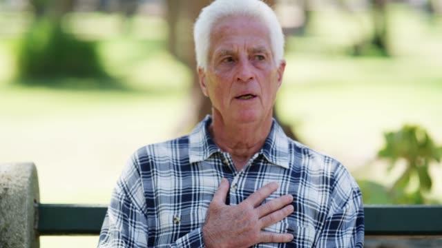 vídeos de stock e filmes b-roll de chest pain and shortness of breath are signs of a heart-attack - ataque cardíaco