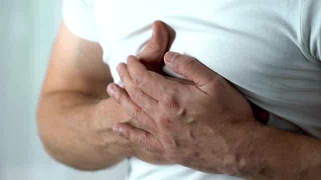 stockvideo's en b-roll-footage met pijn op de borst, man aan te raken van borst, hartproblemen, ongezonde levensstijl, close-up - ongezond leven