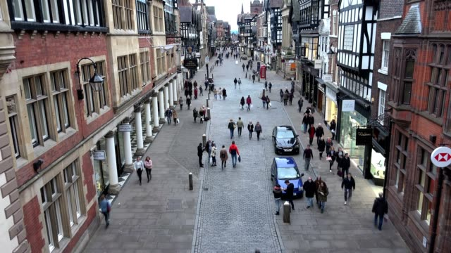 stockvideo's en b-roll-footage met chester bridge street, high street winkels en shoppers time-lapse, uk - chester engeland