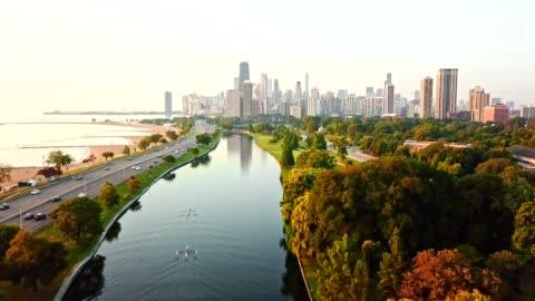 vidéos et rushes de vue aérienne de chicago sur le lac - horizon urbain