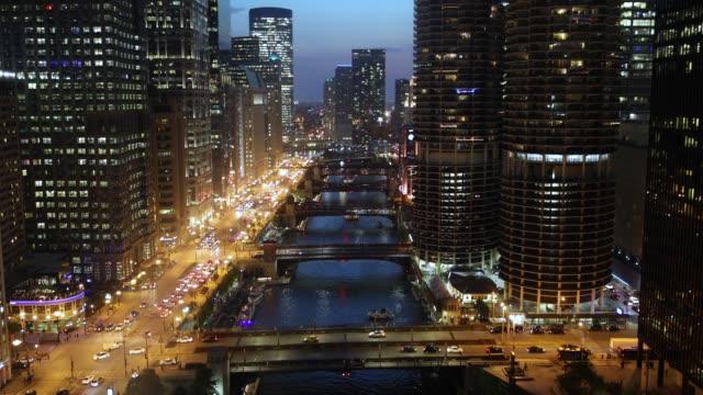 chicago stadsbilden och broar över floden på natten - strandnära bildbanksvideor och videomaterial från bakom kulisserna