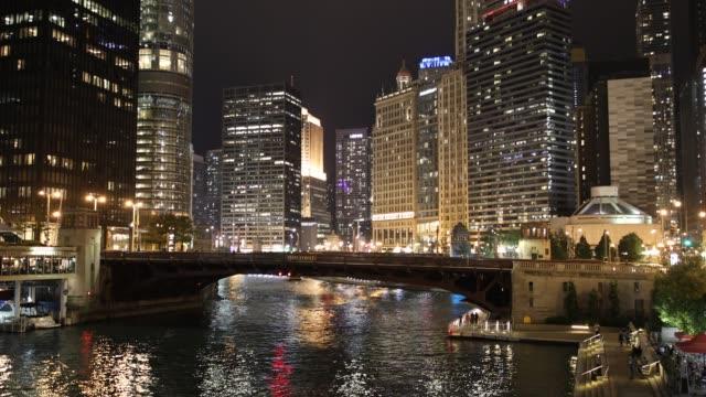 chicago stadsbilden och färje båtarna på floden på natten - strandnära bildbanksvideor och videomaterial från bakom kulisserna