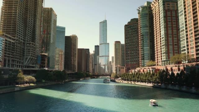 chicago stadsbilden och färje båtarna på floden - strandnära bildbanksvideor och videomaterial från bakom kulisserna