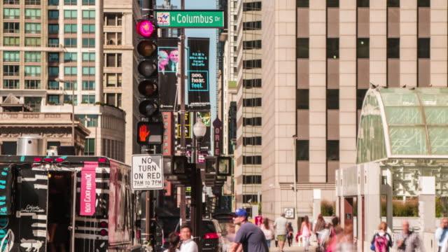 chicago columbus sürücü downtown chicago döngü zaman atlamalı insanlar sokaklarda - columbus day stok videoları ve detay görüntü çekimi