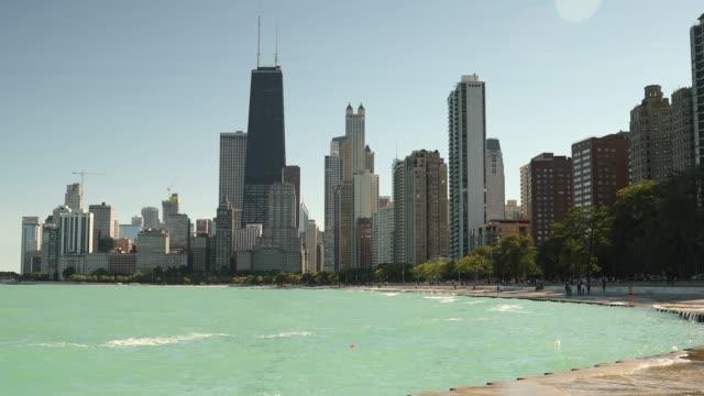chicago illinois skyline över michigan sjön - strandnära bildbanksvideor och videomaterial från bakom kulisserna