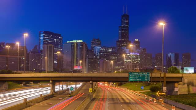 アメリカ ・ イリノイ州シカゴのスカイライン - 州間高速道路点の映像素材/bロール