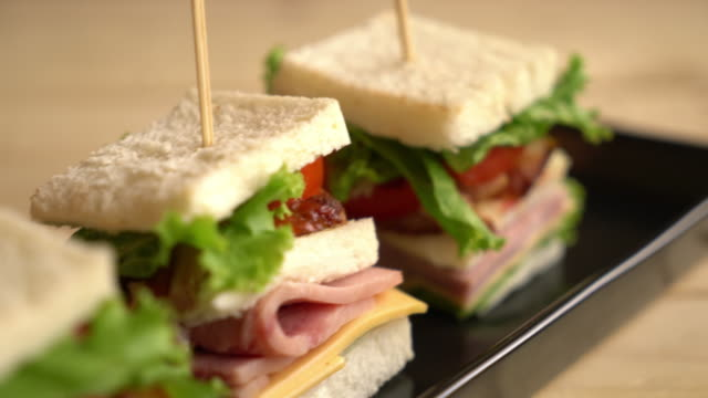 chiciken and ham sandwich on table - vídeo