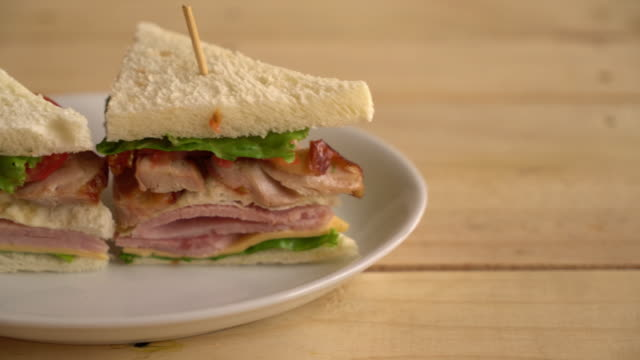 stockvideo's en b-roll-footage met chiciken en ham sandwich op tafel - sandwich