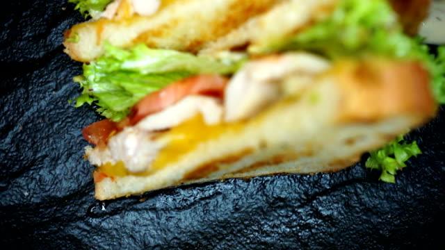 kyckling burgare på svart platta med tomat och grönsaker - cheese sandwich bildbanksvideor och videomaterial från bakom kulisserna