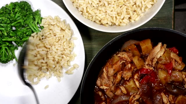 vídeos de stock e filmes b-roll de chicken casserole with rice and vegetables - meat plate