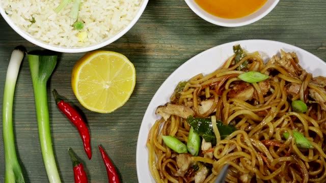 vídeos y material grabado en eventos de stock de chow mein de pollo - comida china