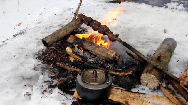 vidéos et rushes de poulet bbq cuit sur le grill pendant l'hiver et ils fument noir charbon - sky