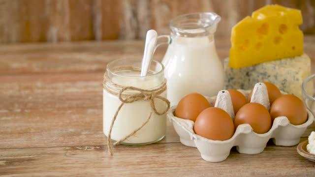 stockvideo's en b-roll-footage met kippeneieren, melk, zure room en kwark - ei