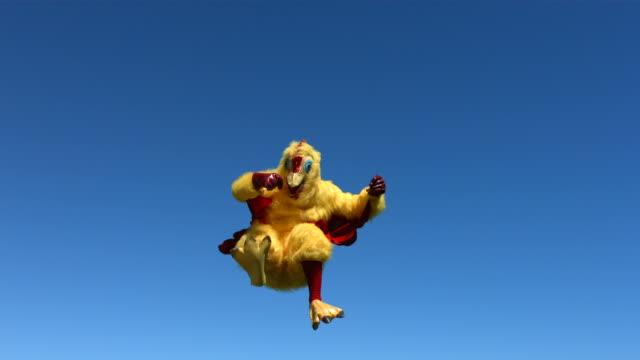 chicken going crazy in sky, slow motion - nükteli stok videoları ve detay görüntü çekimi