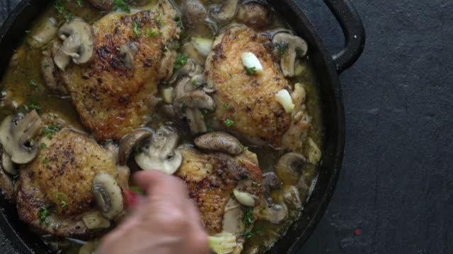 vídeos de stock e filmes b-roll de chicken marsala with mushrooms - meat plate