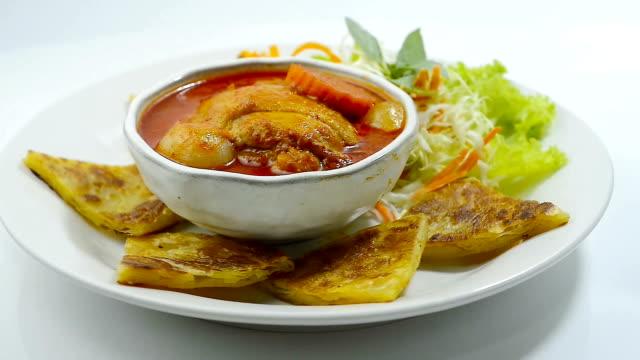 chicken massaman curry served with roti is a fusion food of thai and indian - tajska kuchnia filmów i materiałów b-roll