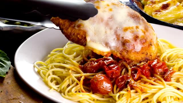 vidéos et rushes de poulet au parmesan - parmesan