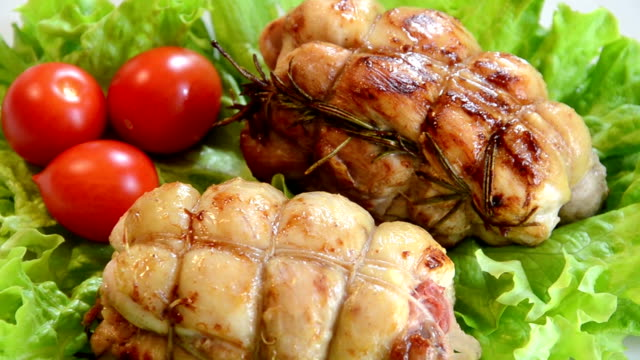 pollo roulades rotazione - rotolo video stock e b–roll