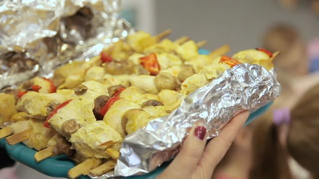 chicken skewers cooked in foil - alluminio video stock e b–roll