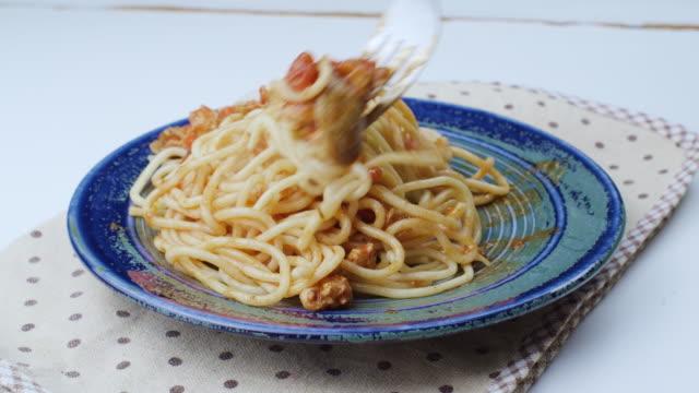 vidéos et rushes de spaghetti de poulet à la sauce tomate - spaghetti bolognaise