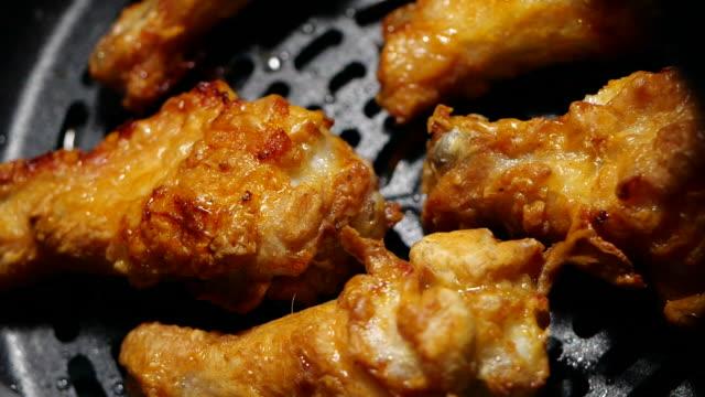 vídeos y material grabado en eventos de stock de alitas de pollo fritas en una freidora, sin aceite para comer saludablemente, rotar en cámara lenta - frito