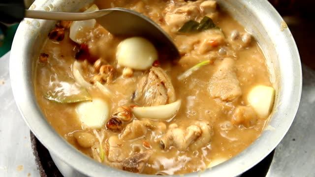 chicken with coconut milk curry - aglio cipolla isolated video stock e b–roll