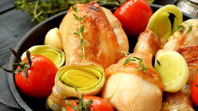 Chicken with leeks, cherry tomatoes, garlic and thyme - video