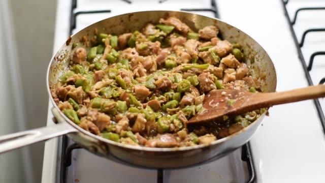 frango com quiabo cooking on stovetop - szpatułka przybór do gotowania filmów i materiałów b-roll