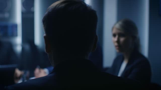 chief strategy officer making report a un consiglio di amministrazione durante la riunione finanziaria annuale nella sala conferenze. uomini d'affari / politici / funzionari governativi in una riunione. - foro video stock e b–roll