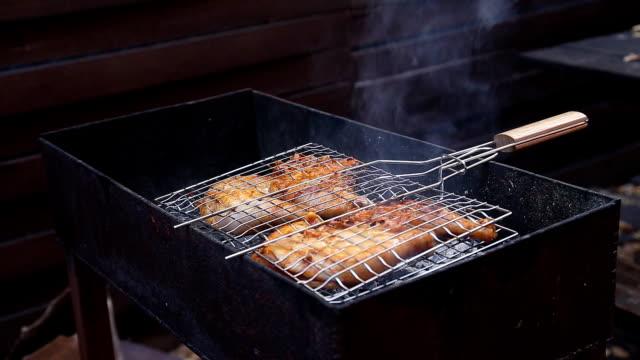 vídeos y material grabado en eventos de stock de chiken carne a la parrilla para asar - miembro humano