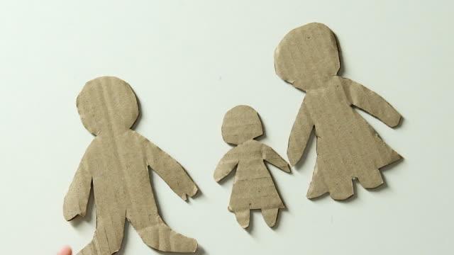 barnet att lägga till figur av far och leksak hjärta i papper familj bristen på fäder kärlek - saknad känsla bildbanksvideor och videomaterial från bakom kulisserna