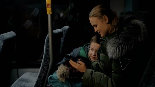 barn och mor resor med buss och titta på bilder i mobiltelefon - finland bildbanksvideor och videomaterial från bakom kulisserna