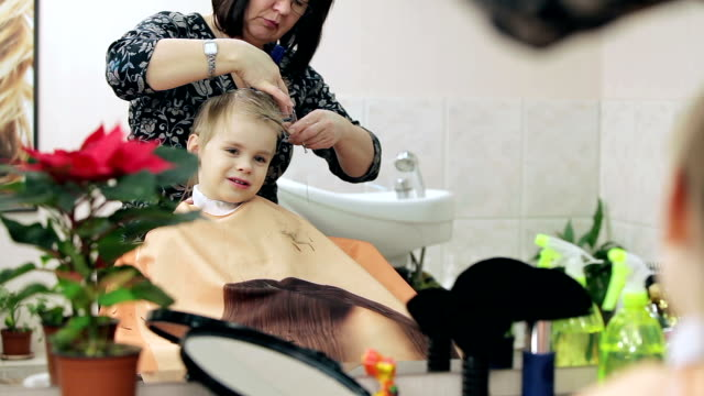 salone di parrucchiere/a figlio/a. - bassino video stock e b–roll