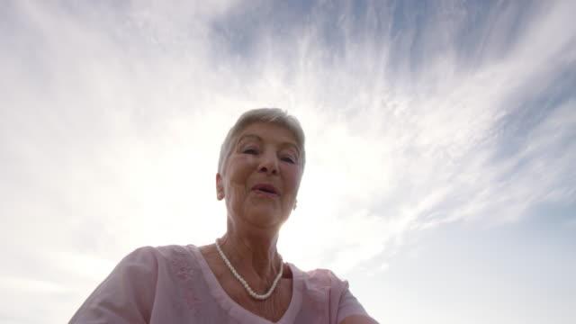 vídeos de stock e filmes b-roll de perspetiva pessoal criança a ser fiadas em torno da avó em dia de sol - old lady