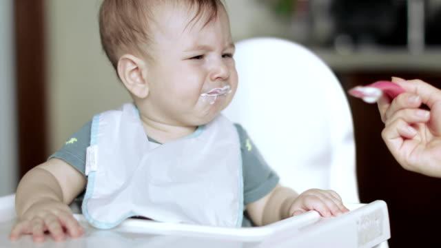 vídeos de stock e filmes b-roll de child boy eats cottage cheese - boca suja