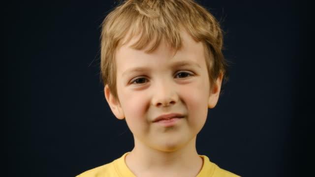 child boy looking at the camera - solo un bambino maschio video stock e b–roll