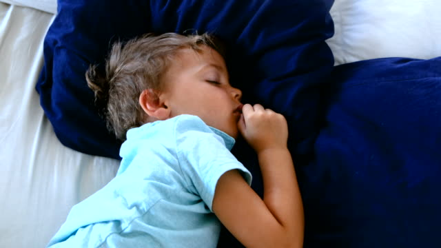 child boy sleeping - 2 3 anni video stock e b–roll