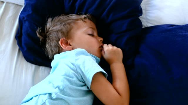 kind junge schlafen - 2 3 jahre stock-videos und b-roll-filmmaterial