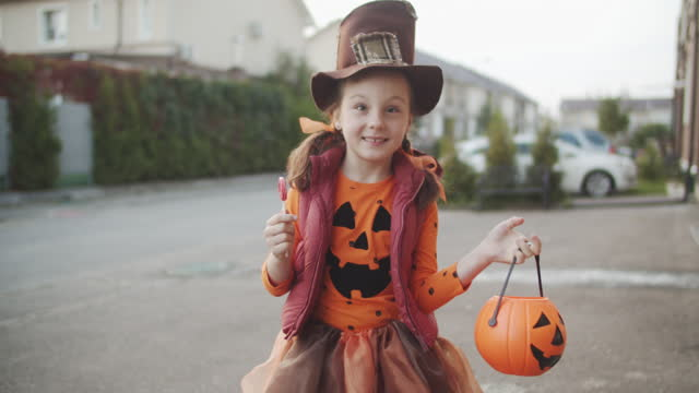vídeos y material grabado en eventos de stock de niño celebrando halloween en otoño - halloween covid