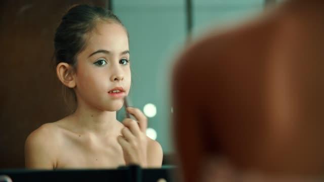 cosmetici per bambini bambina che applica il trucco - 8 9 anni video stock e b–roll