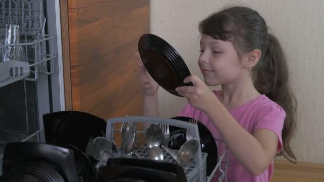 dziecko robi dom w kuchni. - rozładowywać filmów i materiałów b-roll
