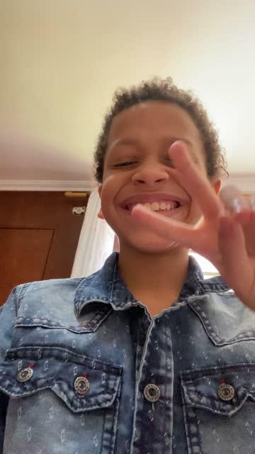 vidéos et rushes de enfant faisant une danse et filmant pour la vidéo de médias sociaux utilisant le téléphone portable - influenceur - prise avec un appareil mobile