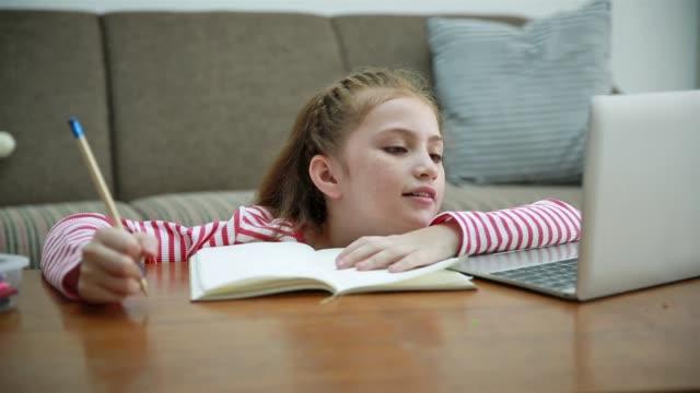 barn gör läxor hemma - working from home bildbanksvideor och videomaterial från bakom kulisserna
